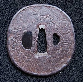 鉄地毛彫り草花紋鐔